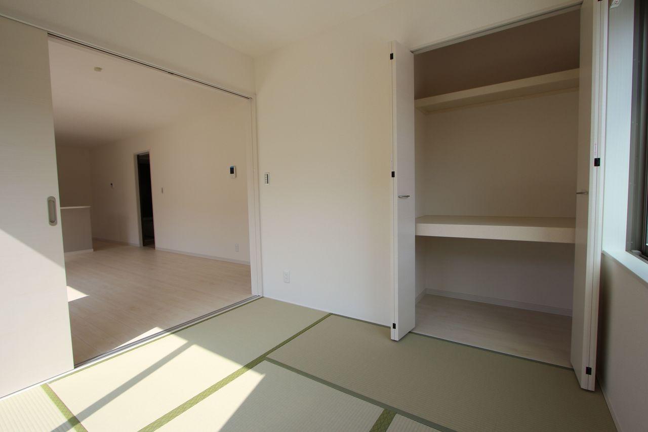 リビングに続く和室は大変開放的です。 2面採光で明るさも確保しております。