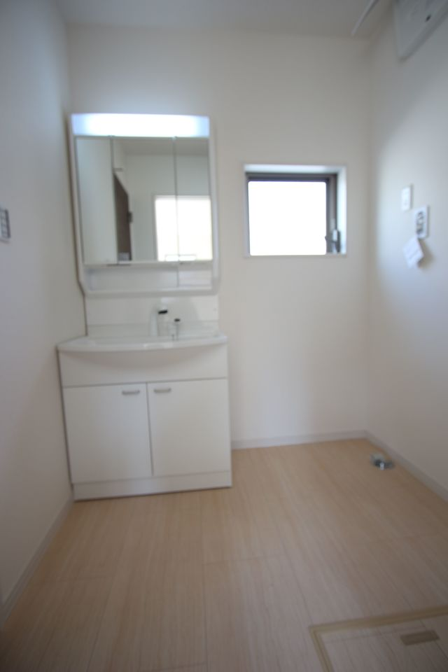 キッチンから直接出入りできる便利な間取りです 大きな洗濯機も無理なく設置して頂けます。