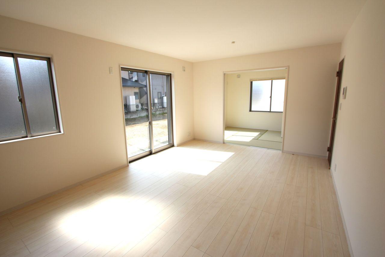 和室と合わせて20.5帖の大きな空間!! お子様ののびのび遊んで頂ける広さです。