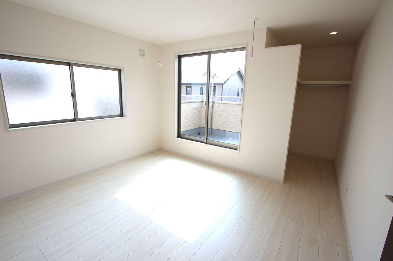 2階洋室は全てフローリング貼でお掃除楽々です。 全室2面採光で明るさも確保しております。