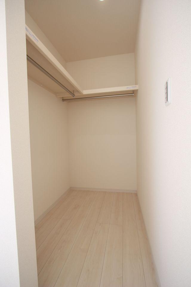 8帖洋室にはウォークインクローゼットを配置。 約2帖の広さがあり、お手持ちのタンスや チェストを置いて頂けます。