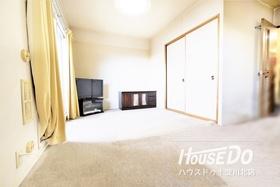 室内は全面カーペット仕様になっています。 フローリングよりも安価で模様替えがしやすく クッション効果に加えて、摩擦があり滑りにくく意外と人気なんですよ♪