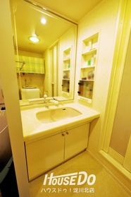 ゆとりのある洗面台で朝の身支度もスムーズに♪収納スペースも充実しています。