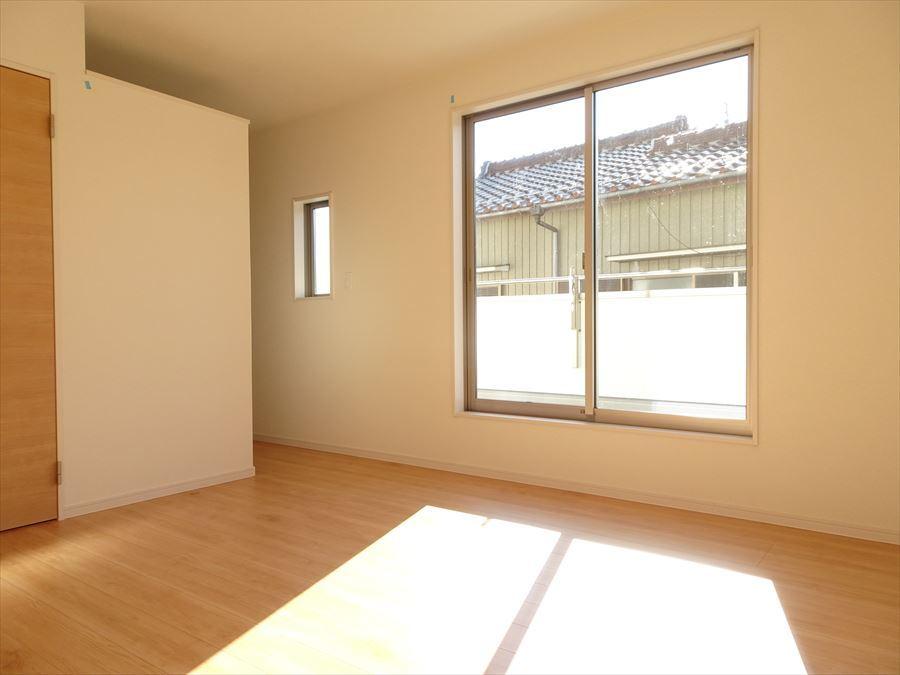 8帖の洋室です。ウォークインクローゼット完備でお部屋が片付きます。