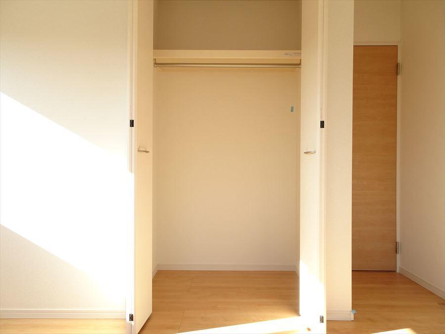 6.5帖洋室の収納です。天井まであるので、たっぷりの衣類やカバンなども収納できますね。