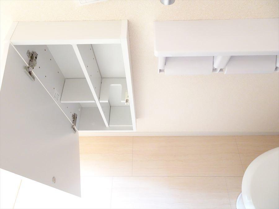 トイレの収納は、ブラシを立てて置ける仕様になっています☆