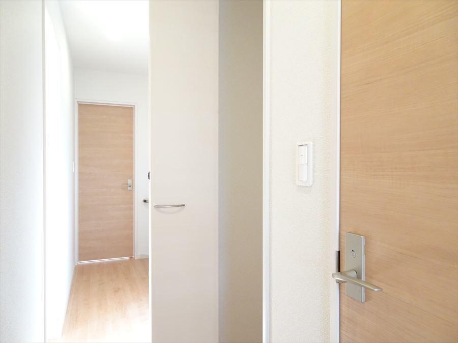 2階の廊下収納。天井まであるので、棚やケースを設置すれば最大限活用できますね。