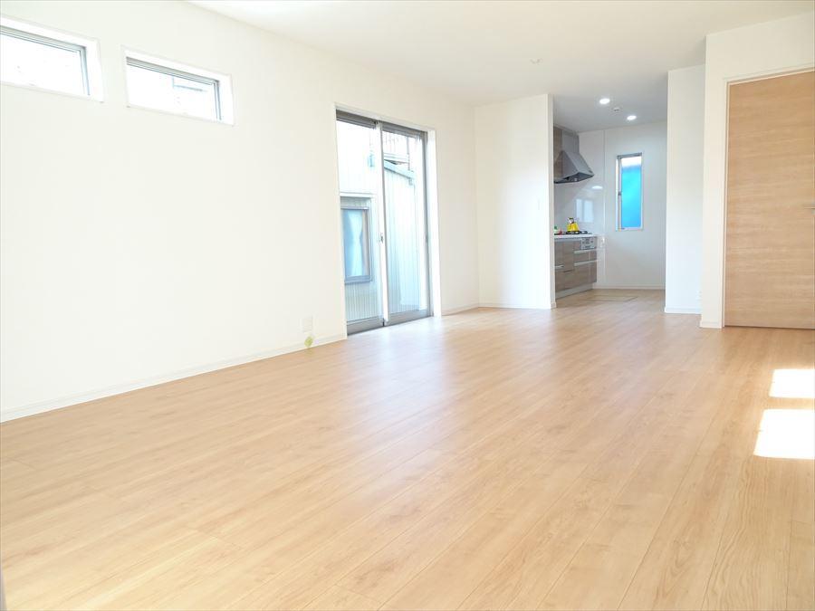 南側リビング。写真手前の窓は高い場所に設置されています。家具を配置しやすい設計になっています☆