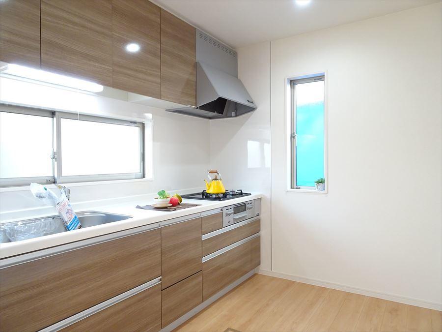 独立型のキッチンなので、収納力のあるシステムキッチンに♪窓が大きくとってあるので、明るく、換気にも◎ですね♪