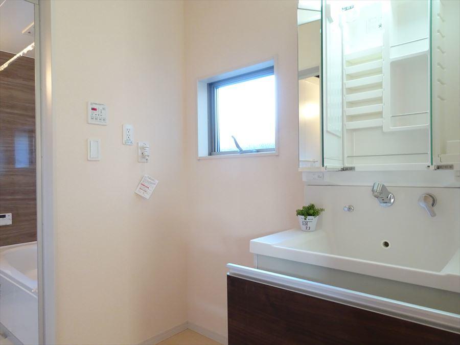 鏡の奥がすべて収納になっているタイプの洗面台で、朝の身支度もスムーズに♪