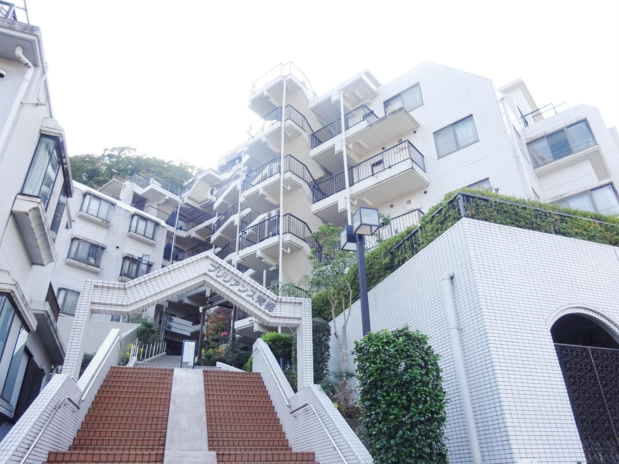 【外観写真】 階段が素敵な オシャレなお城のような外観♪
