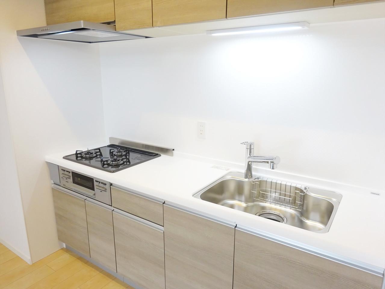 ドキっとしちゃうくらい素敵なシステムキッチン♪新規リフォームなので、新築気分を味わえちゃいますね♪ナチュラルな雰囲気がオシャレなキッチンです。