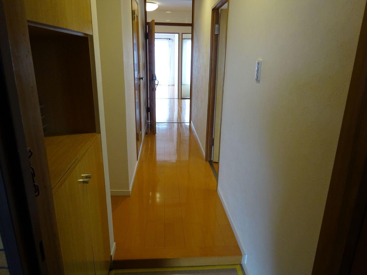 玄関は木を感じられる造り。収納スペースも十分ございます◎