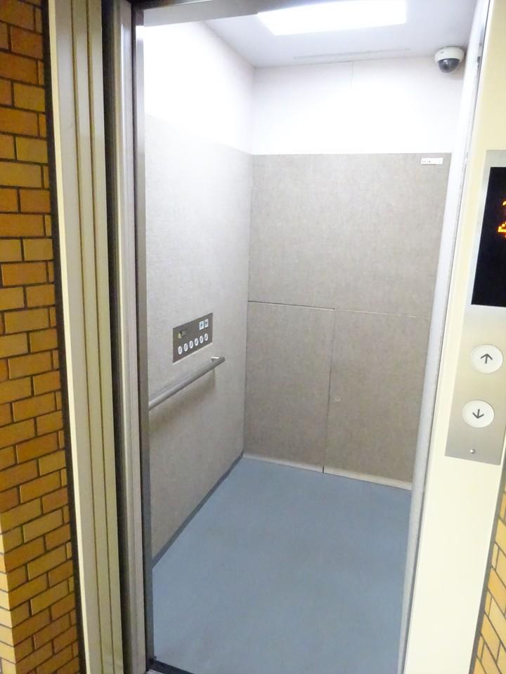 広々としたエレベーターは、朝の通勤ラッシュも安全に沢山の住民を運んでくれそうです♪