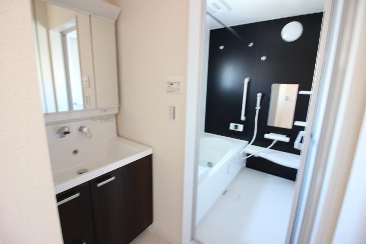 洗面台 洗面台は3面鏡を採用。 鏡の背面は収納になっています!