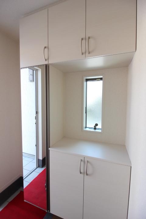 玄関 全身鏡つきのシューズボックス。 収納スペースたっぷりで玄関がスッキリ片付きます。
