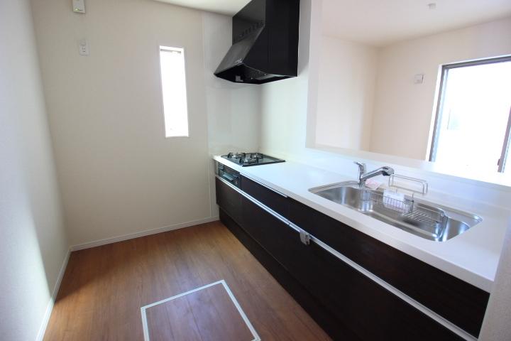 キッチン キッチンは床下収納つき。 幅広のキャビネットで、調理器具もスッキリ収納。