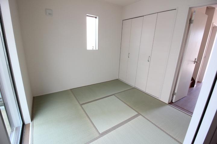 和室 リビングに隣接した4.5帖の和室。 廊下からも出入り可能です。 客間として便利ですね。