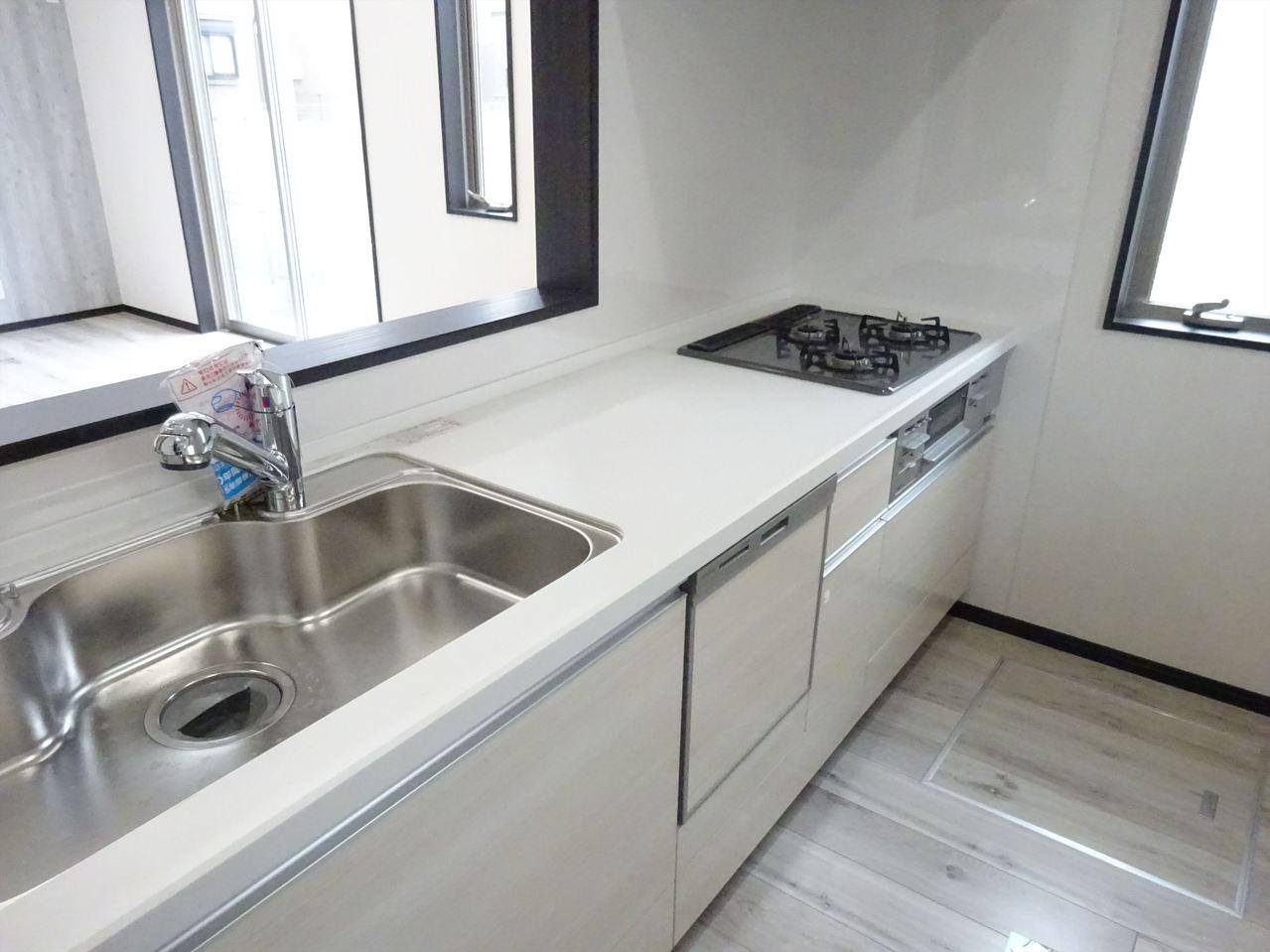 食洗機のついた明るくて機能的なキッチンです