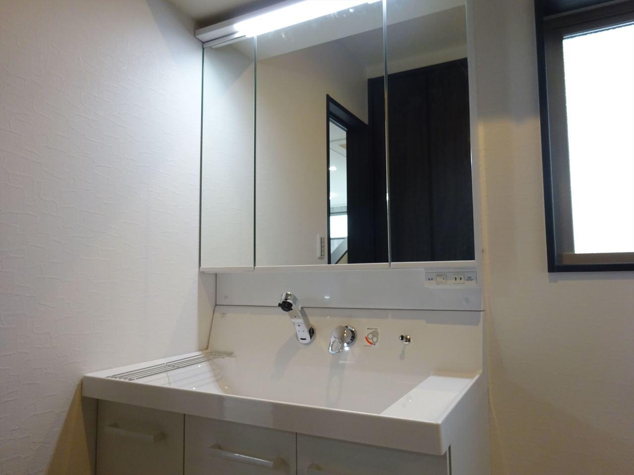 機能的で清潔感のある洗面台です