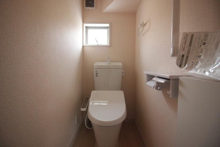 トイレ 温水洗浄便座つきトイレ。 トイレは1階2階にございます。