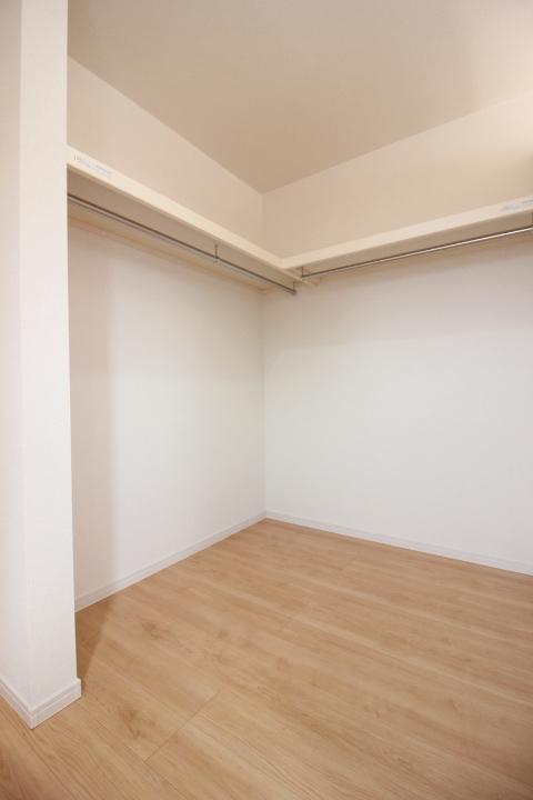 2階洋室のウォークインクローゼットは扉のないセミオープンタイプ。湿気のこもりにくい仕様です。