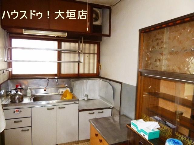 窓があるので手元も明るくお料理も捗りますね。