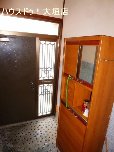 ドアからの光で玄関まわりが明るくなります。