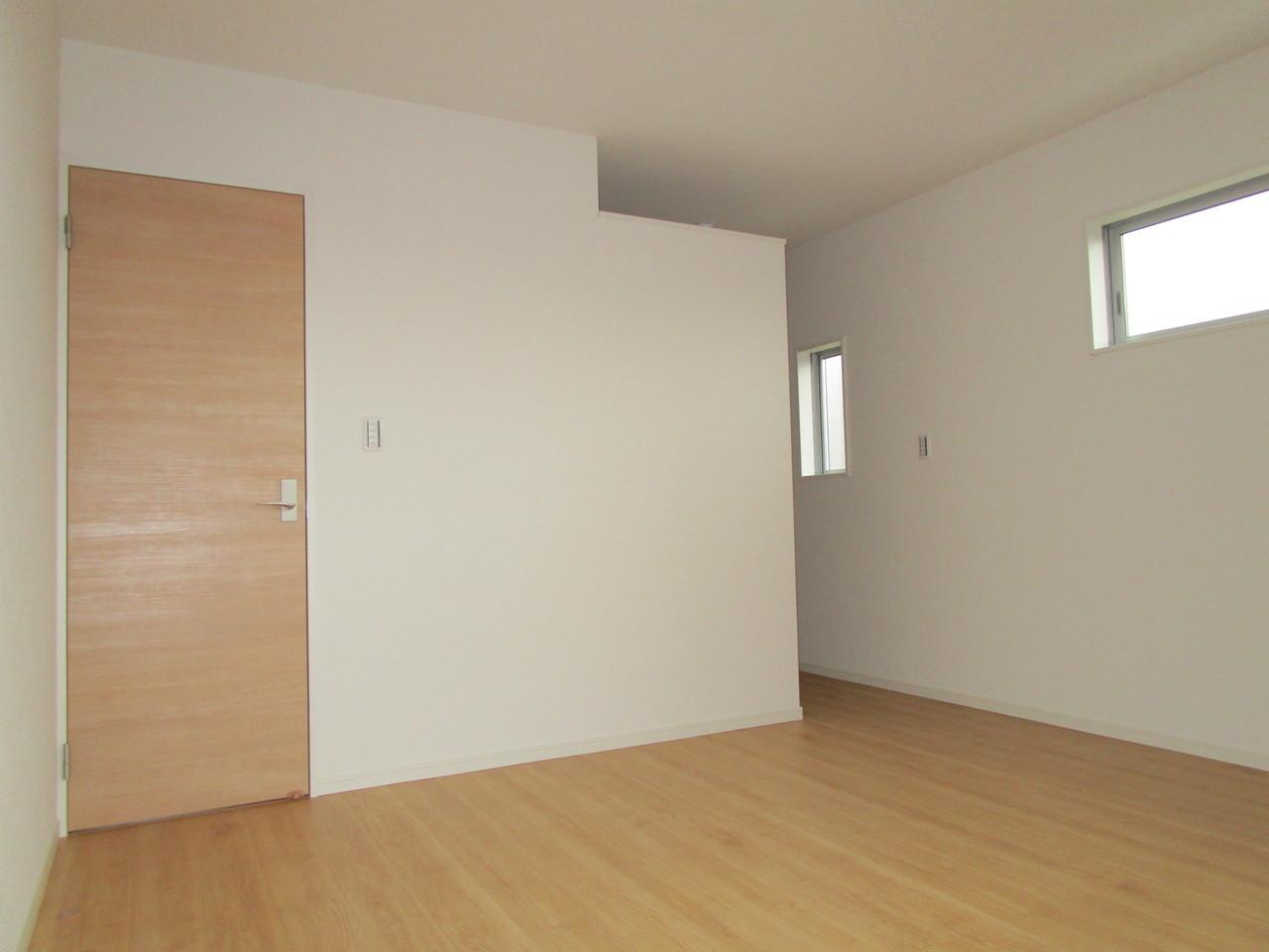 【同社施工例】2面採光の明るい洋室