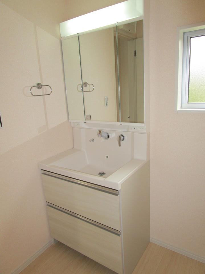 【同社施工例】ワイドな鏡を備えた洗面台