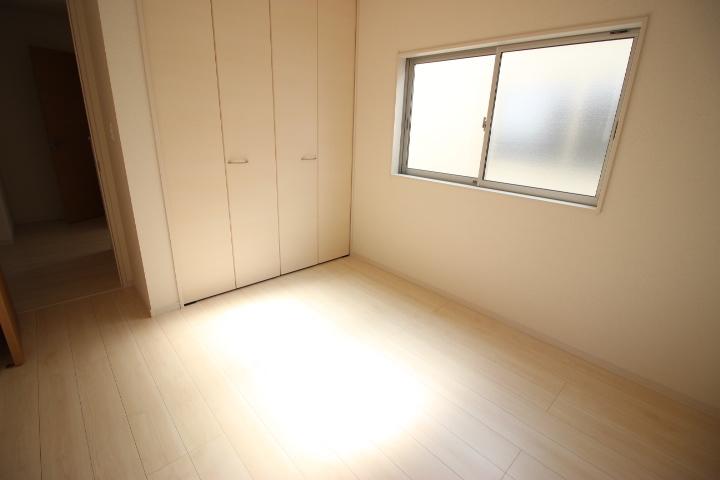 2階 5.34帖洋室 心地よい光が差し込む クローゼットのついた居室です