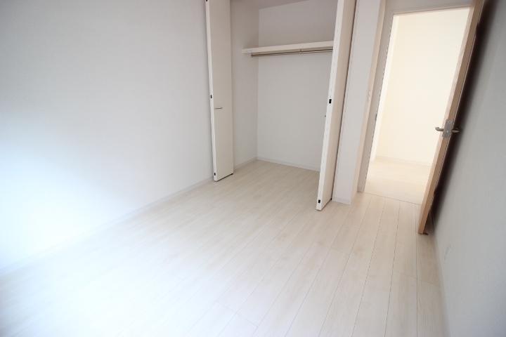 2階 5.5帖洋室  クローゼットの備わった使い勝手の良い居室です