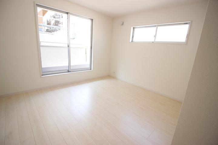 2階 8.12帖洋室 バルコニーに出入りができる居室です たっぷりの収納力を備えたウォークインクロゼットがついています