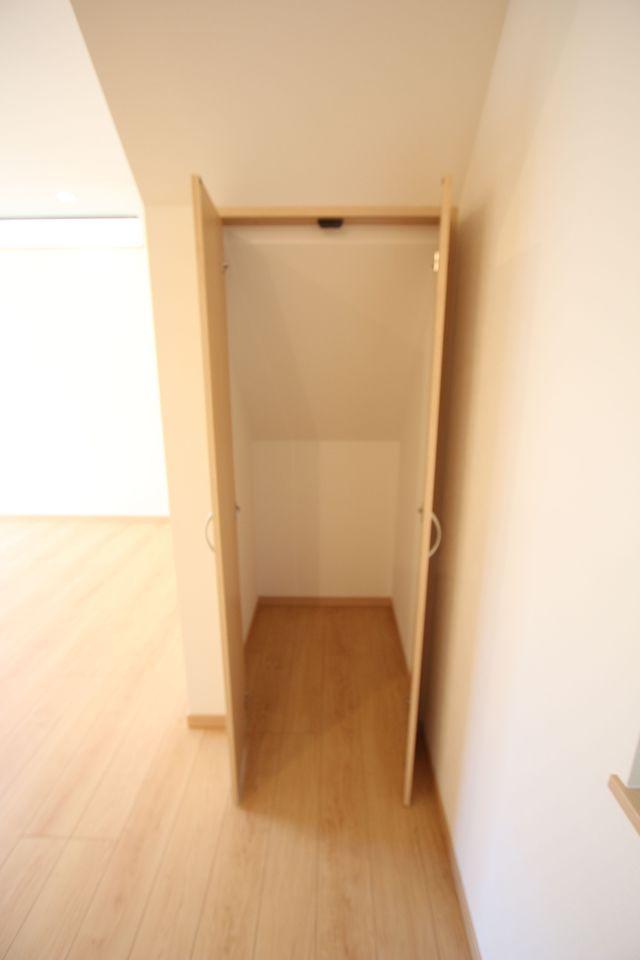 階段下を利用した収納スペース。 わずかな空間も無駄にしません! 散らかりがちなリビングの整理に役立ちます。