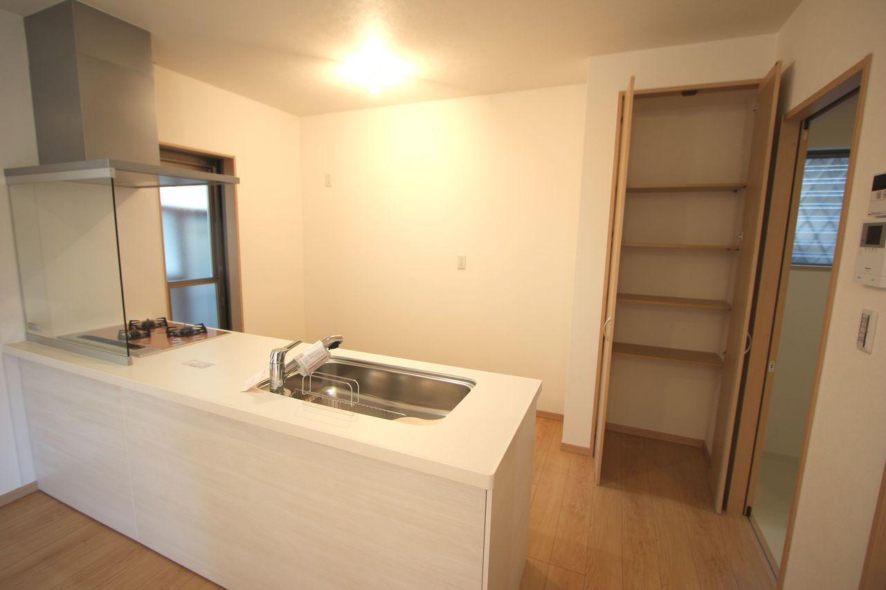 キッチンに大容量の収納を設置。 食品や日用品のストックの整理に役立ちます。