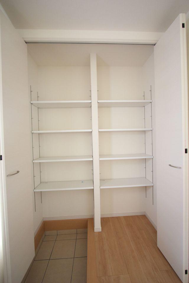 玄関には大容量のシューズボックスを設置しました。 散らかりがちな場所の整理に大活躍です 棚は可動式ですので、お好きなレイアウトでご利用下さい。