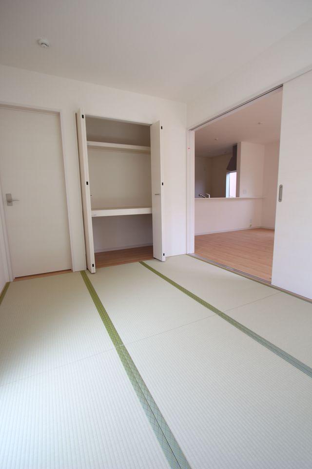リビングに続く和室は大変開放的です。 南向きの明るいお部屋です。 クローゼットタイプの押入れはふすまの貼替の手間も無く、 お手入れ楽々。