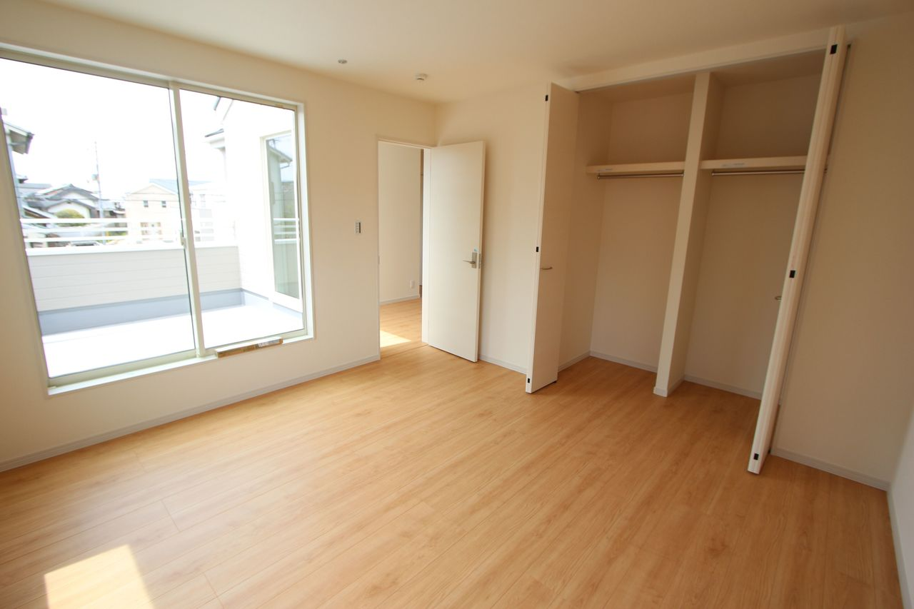 2階洋室は全室クローゼット完備です。 沢山のお洋服もすっきり整理できます。