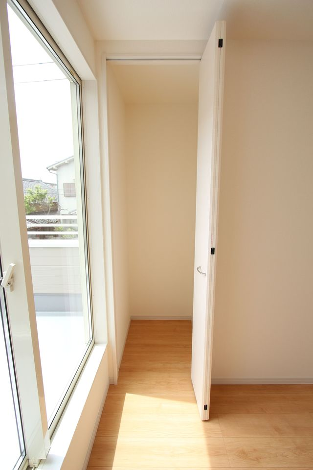 2階廊下にも収納を設置しました。 少しのスペースでも有効活用!!