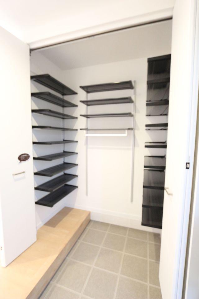 玄関の土間収納は60足以上の 靴が入る大きなスペース。 ベビーカーやゴルフバッグのような大きな物も 余裕を持って置いて頂けます。