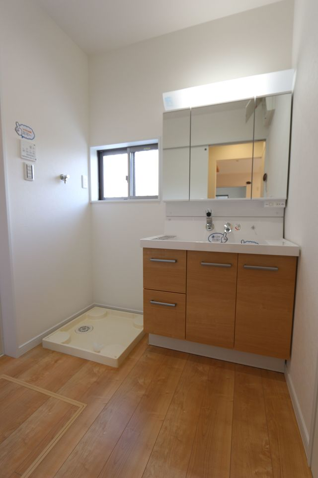 大型の洗濯機も無理なく設置できる広さです。 洗面台はシャワー付き。