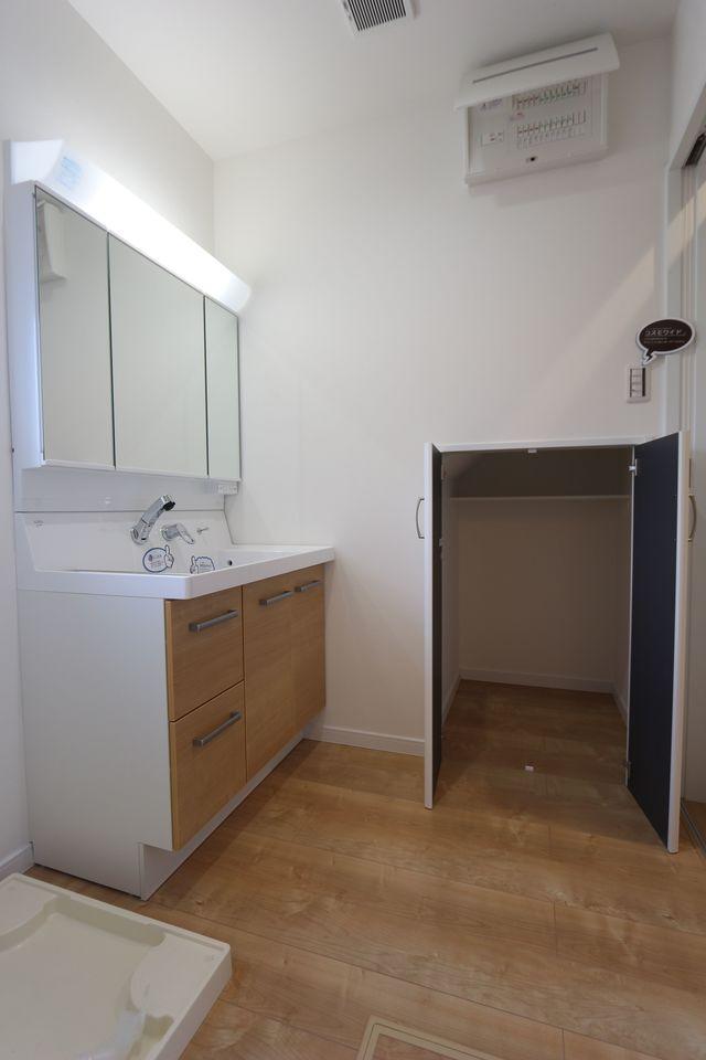 洗面台横に階段下を利用した収納を設置。 散らかりがちな場所の整理に 役立ちます!