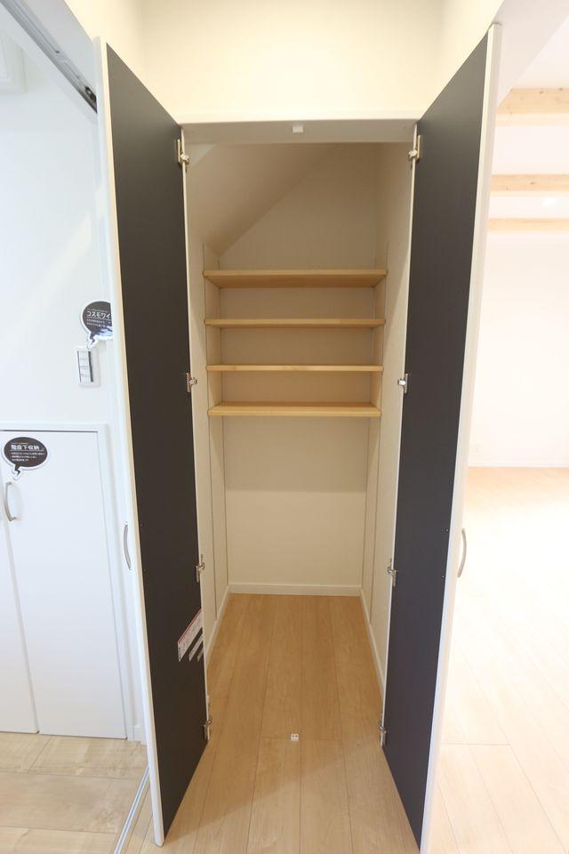 洗面室の収納スペースは可動式の棚が自慢です♪ 掃除機等、背の高い物も無理なく おさまります。