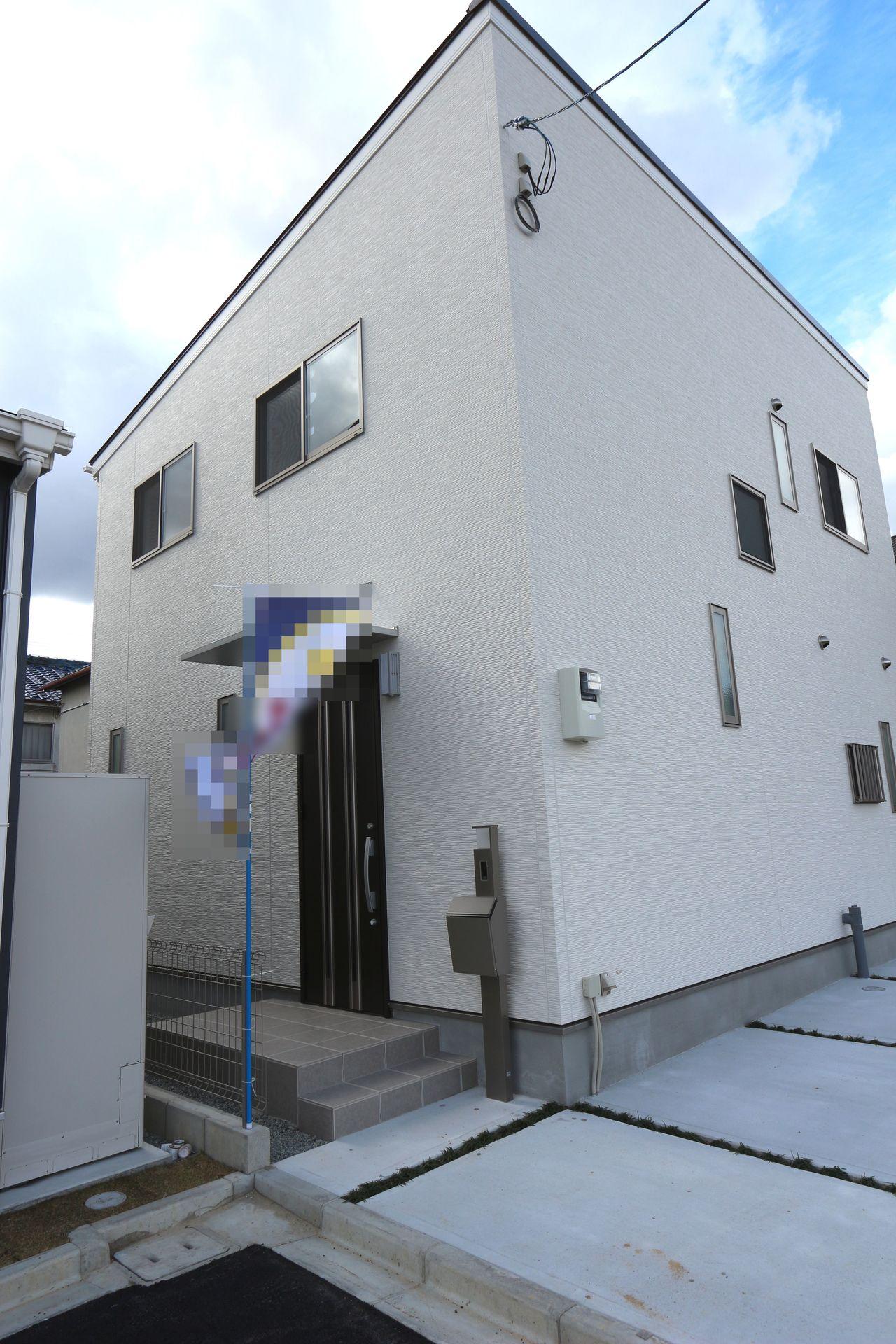 【外観写真】 白を基調としたさわやかな印象の外観に仕上がりました。 建売住宅では4LDKが主流ですが こちらは5LDKの間取り!! 現地を是非ご覧ください。