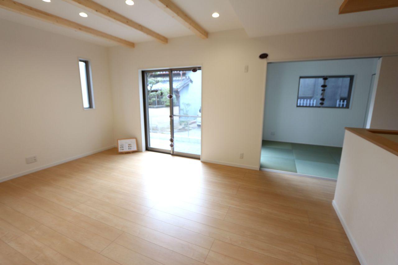 和室と合わせて21.5帖の大きな空間です。 お客様を招いてホームパーティー などいかがでしょうか?