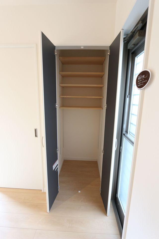 キッチンにも大容量の収納を配置しました。 食品のストック等に役立ちます。 棚は可動式ですので高さのある物でも スッキリ整理して頂けます。