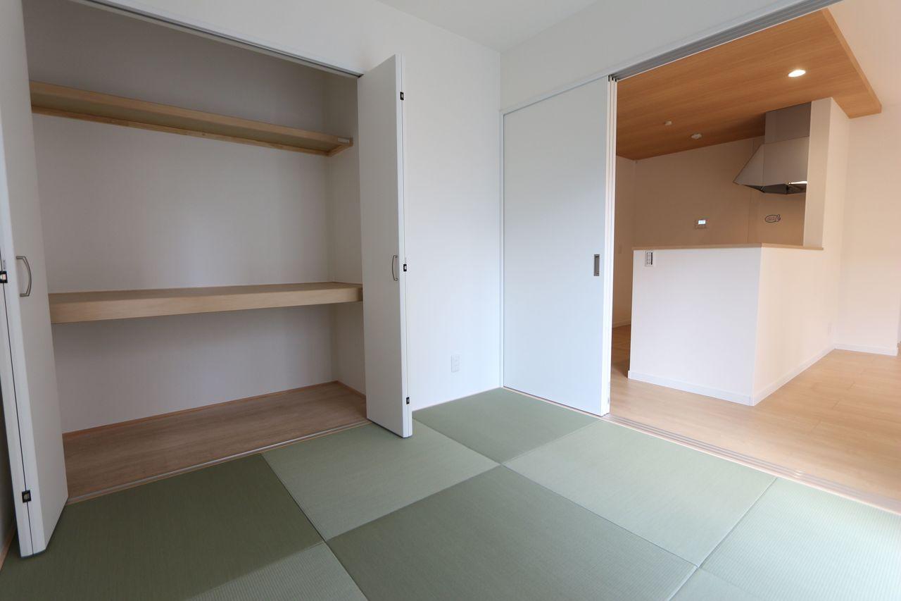 押入れのある和室は寝室や客間として 大変便利にご利用頂けます。 リビングに続いており大変開放的です。 南向き2面採光!