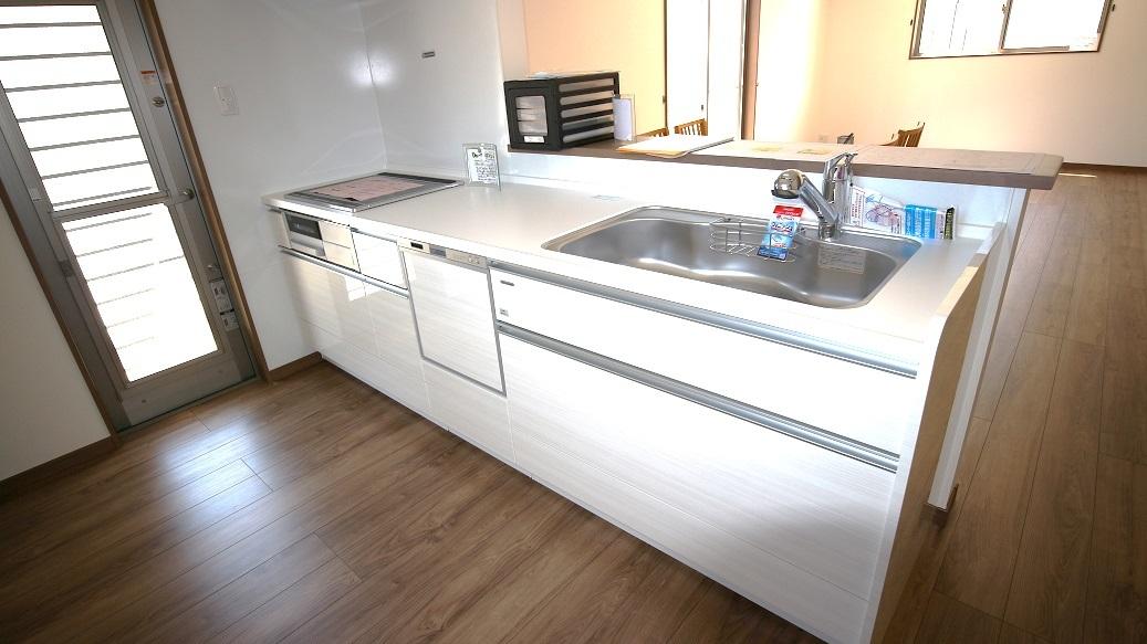 食器洗い乾燥機付のキッチンは、収納スペースが豊富なタカラを採用☆傷つきにくく、お手入れカンタンなところも魅力のひとつ☆