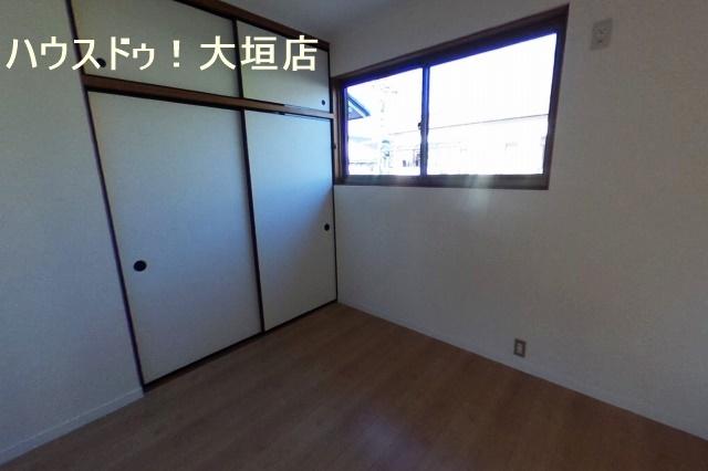 収納が備わった2階洋室。