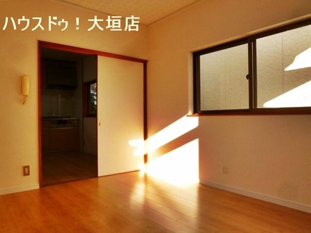 陽ざしが入り込む明るい洋室。